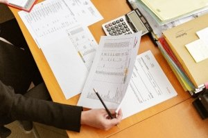 Contador realizando un listado contable de los activos fijos.